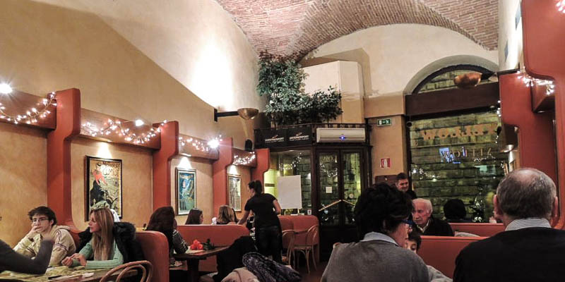 Yellow Bar restaurant in Florence, Italy. (Photo by はちぽい)